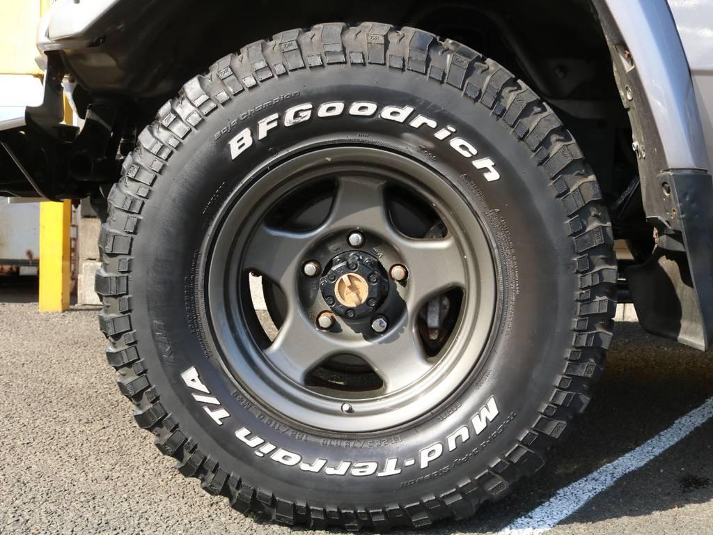 足元には王道のブラッドレ―V 16インチアルミホイールにマッドテレーンの組み合わせ♪ | トヨタ ランドクルーザー70 4.2 ZX ディーゼル 4WD 低走行74 フェンダーミラー ブラV