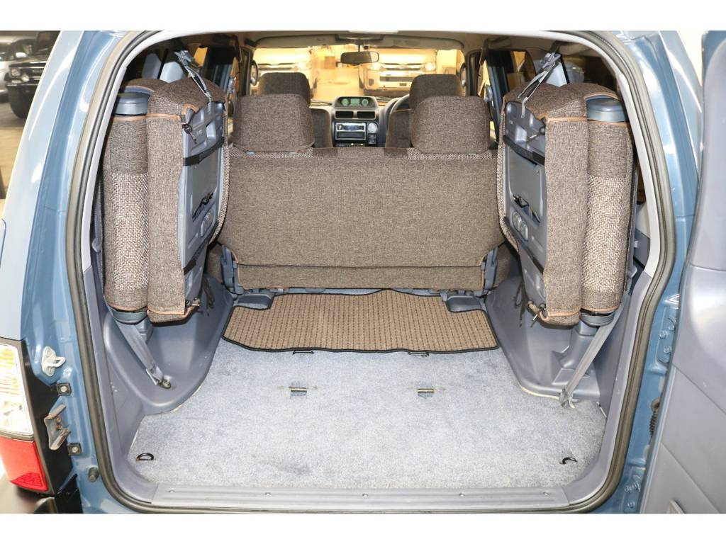 3列目シートは跳ね上げ式となりますので荷室も確保出来ます♪ | トヨタ ランドクルーザープラド 3.0 TX ディーゼルターボ 4WD
