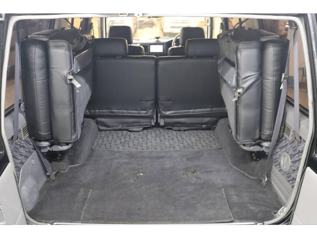 3列目シートは跳ね上げ式となりますので荷室も確保できます♪   トヨタ ランドクルーザープラド 3.0 SXワイド ディーゼルターボ 4WD
