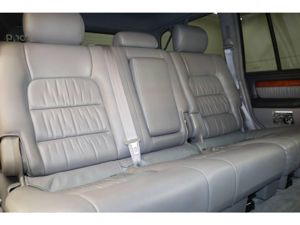 後部座席は大人の方でもゆったりとお座り頂けるスペースが御座います♪
