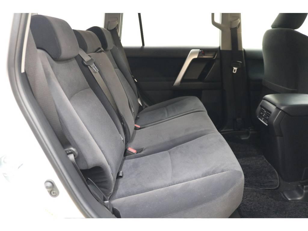 2列目は大人の方でもゆったりとお座り頂けます♪ | トヨタ ランドクルーザープラド 2.8 TX ディーゼルターボ 4WD 5人