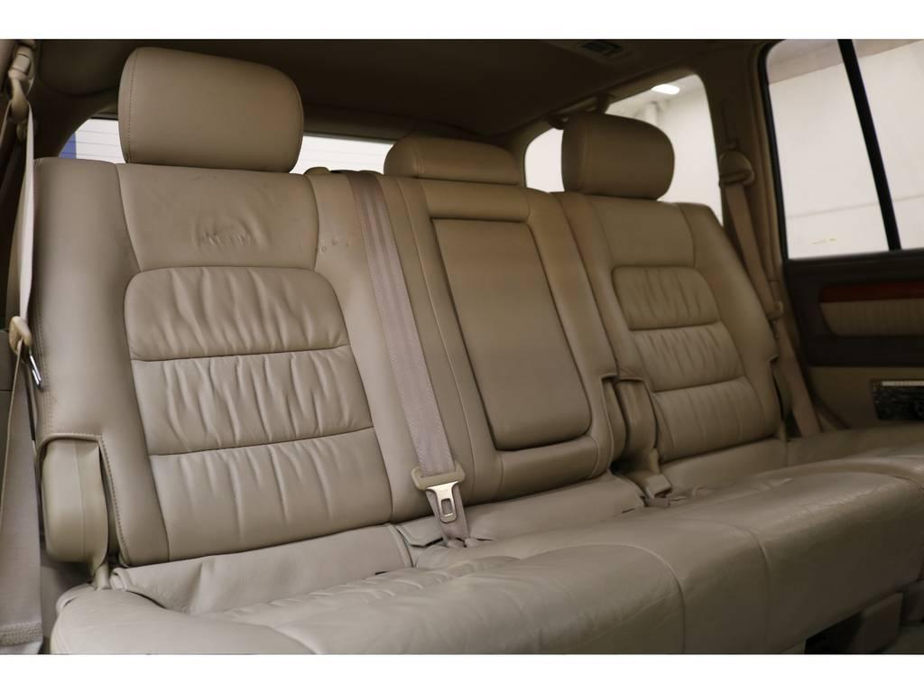 後部座席は大人の方でもゆったりとお座りいただけるスペースが御座います♪   トヨタ ランドクルーザーシグナス 4.7 4WD