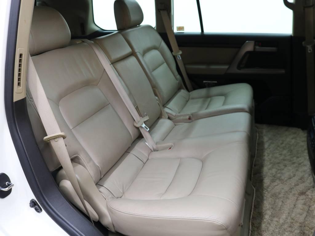 後部座席は大人の方でもゆったりとお座りいただけるスペースが御座います♪ | トヨタ ランドクルーザー200 4.7 AX Gセレクション 4WD
