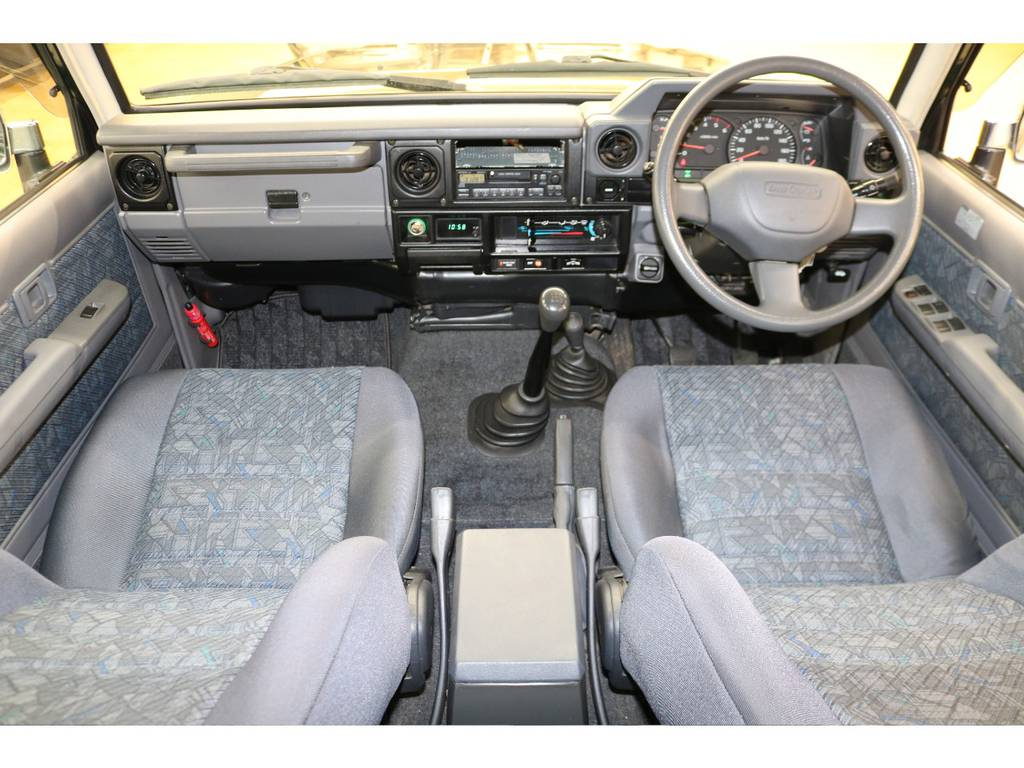 内装は当店にてルームクリーニング済みとなりますので綺麗な状態です♪ | トヨタ ランドクルーザー70 4.2 ZX ディーゼル 4WD