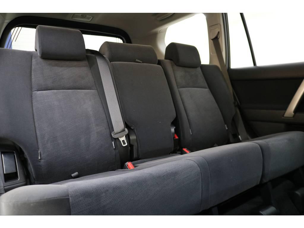 2列目は大人の方でもゆったりとお座りいただけます♪ | トヨタ ランドクルーザープラド 2.8 TX ディーゼルターボ 4WD 5人