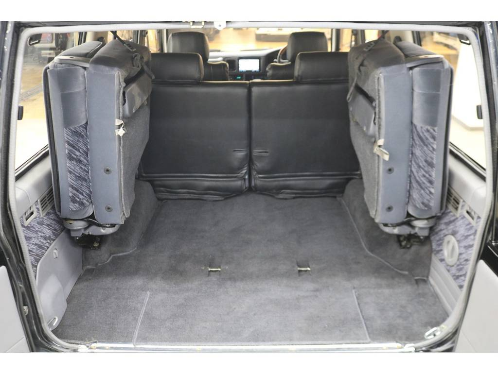 3列目シートは跳ね上げ式となりますので荷室も確保出来ます♪ | トヨタ ランドクルーザープラド 3.0 SXワイド ディーゼルターボ 4WD