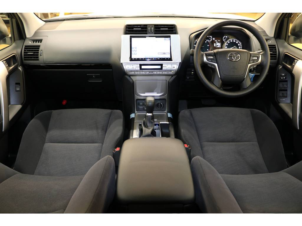 内装グレー基調☆汚れも目立ちにくい人気のカラーです♪   トヨタ ランドクルーザープラド 2.8 TX ディーゼルターボ 4WD 7人