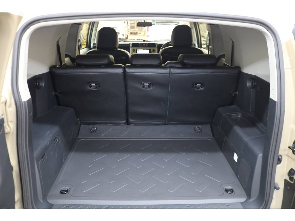 ラゲッジルームは広々と荷物がたくさん積めます♪ | トヨタ FJクルーザー 4.0 カラーパッケージ 4WD トレイル仕様