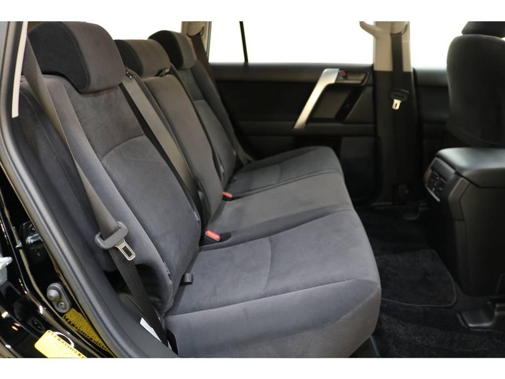 後部座席は大人の方でもゆったりとお座りいただけます♪ | トヨタ ランドクルーザープラド 2.8 TX ディーゼルターボ 4WD 5人