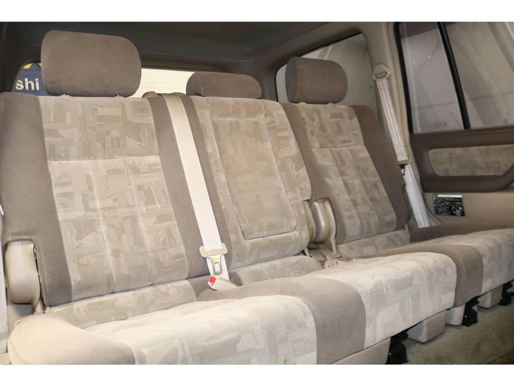 後部座席は大人の方でもゆったりとお座りいただけるスペースが御座います♪ | トヨタ ランドクルーザー100 4.2 VXリミテッド ディーゼルターボ 4WD