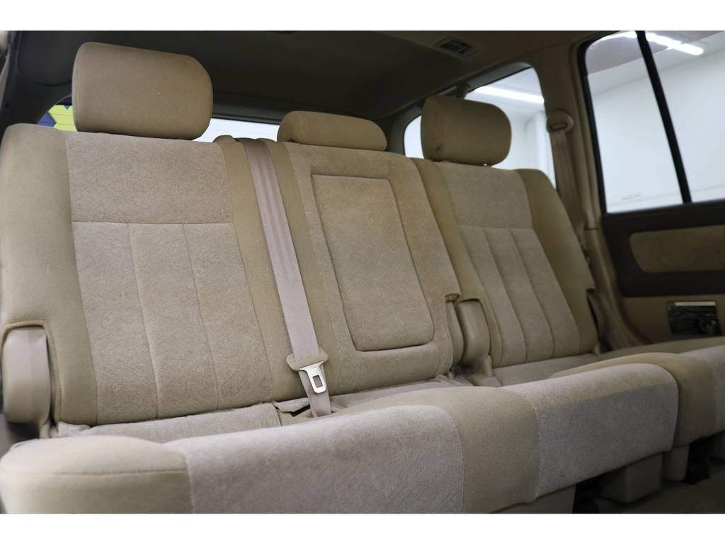 後部座席は大人の方でもゆったりお座りいただけます♪ | トヨタ ランドクルーザー100 4.7 VXリミテッド 4WD
