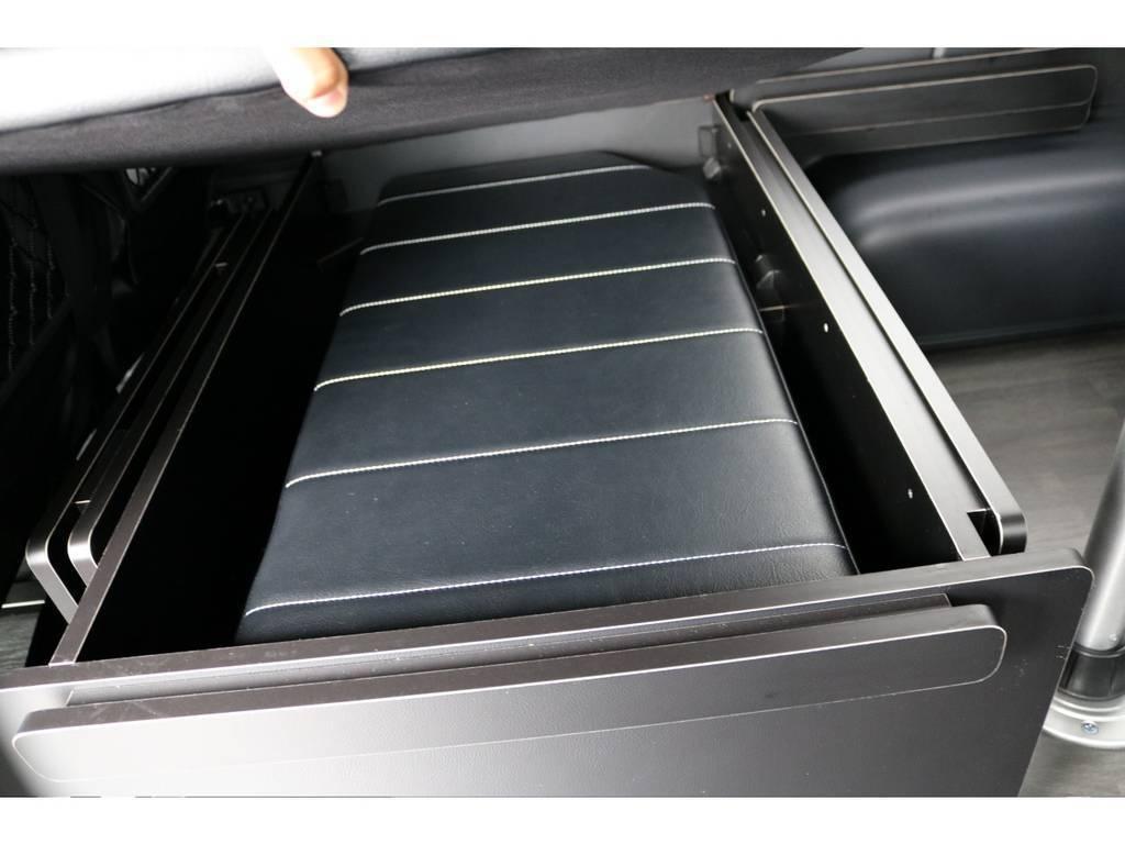 内装架装Ver.R1はは三列目シート下に収納スペースがあるのが注目のポイントです!!ベッドキットもこんなにスッキリ収納できますよ!