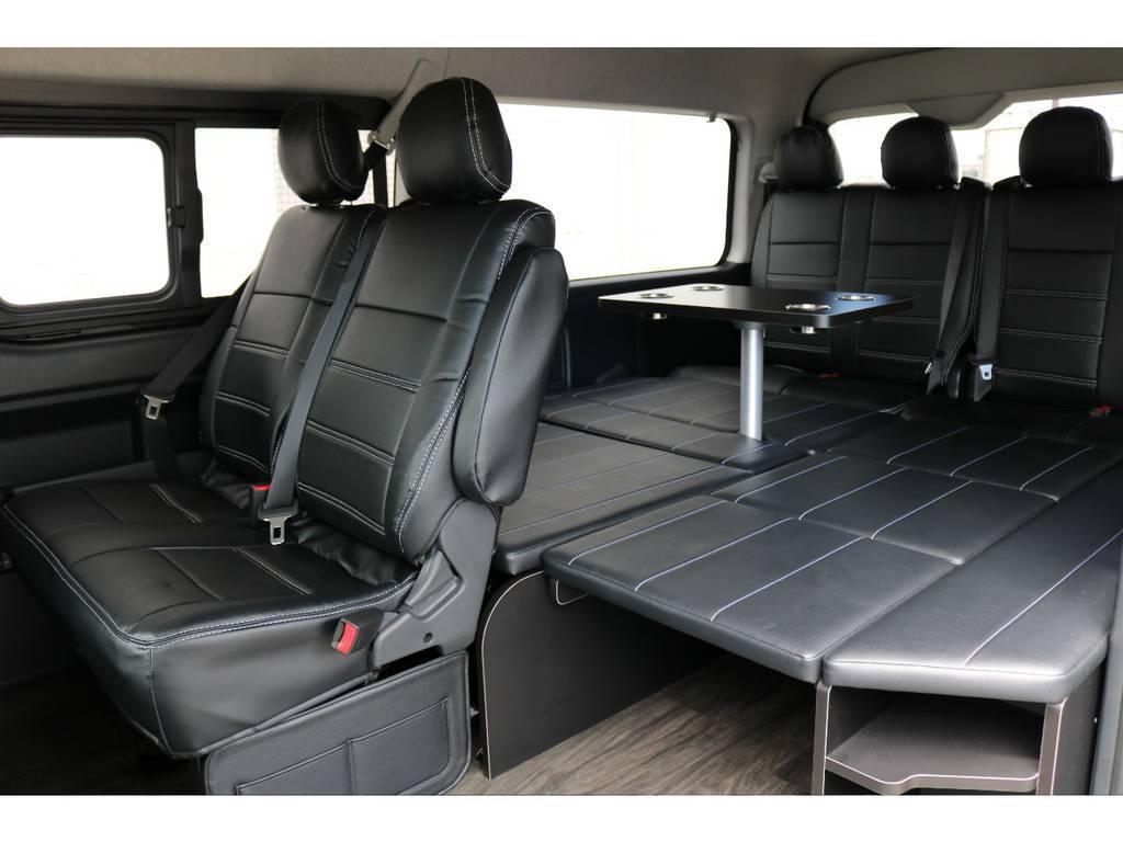 テーブルキットをつけたままベッドキットを広げることも可能です。車中泊にピッタリの一台です!