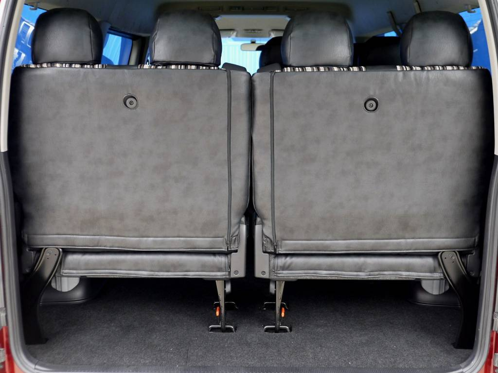 最後部座席は4人掛けシート!!