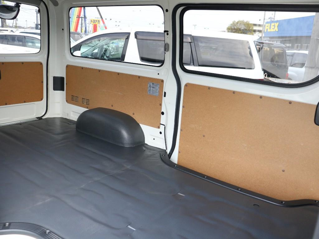 後部座席がないので荷室をフルに使えます!もちろんベッドキットなどの取り付けオーダーも可能!!