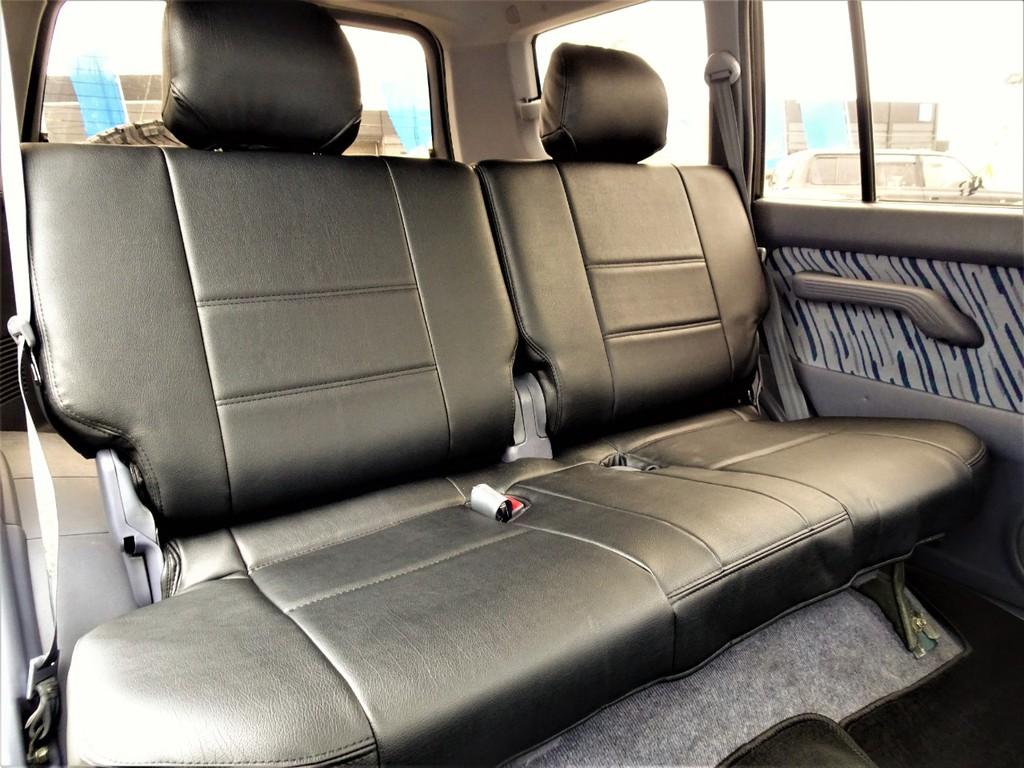 セカンドシートはリクライニングに加え折り畳みも可能で使い勝手抜群!!