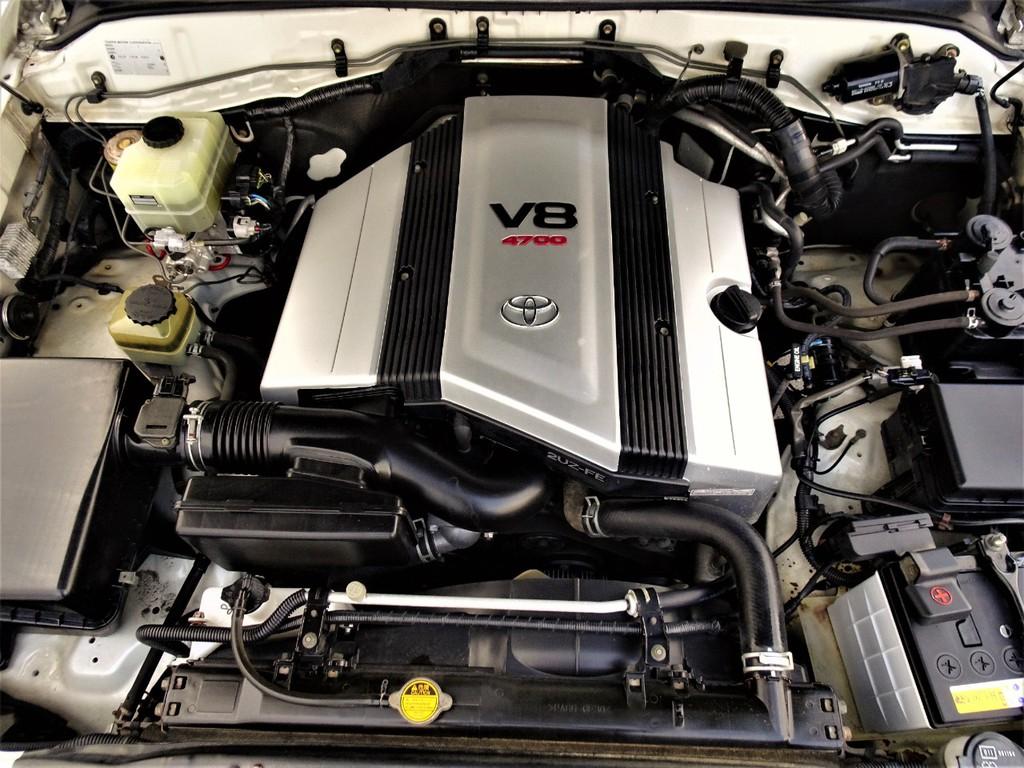 綺麗なエンジンルーム。パワーのあるV8エンジン!!