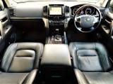 ランクル200最上級グレードZXの内装はとても豪華でセレブリティな空間となっております。