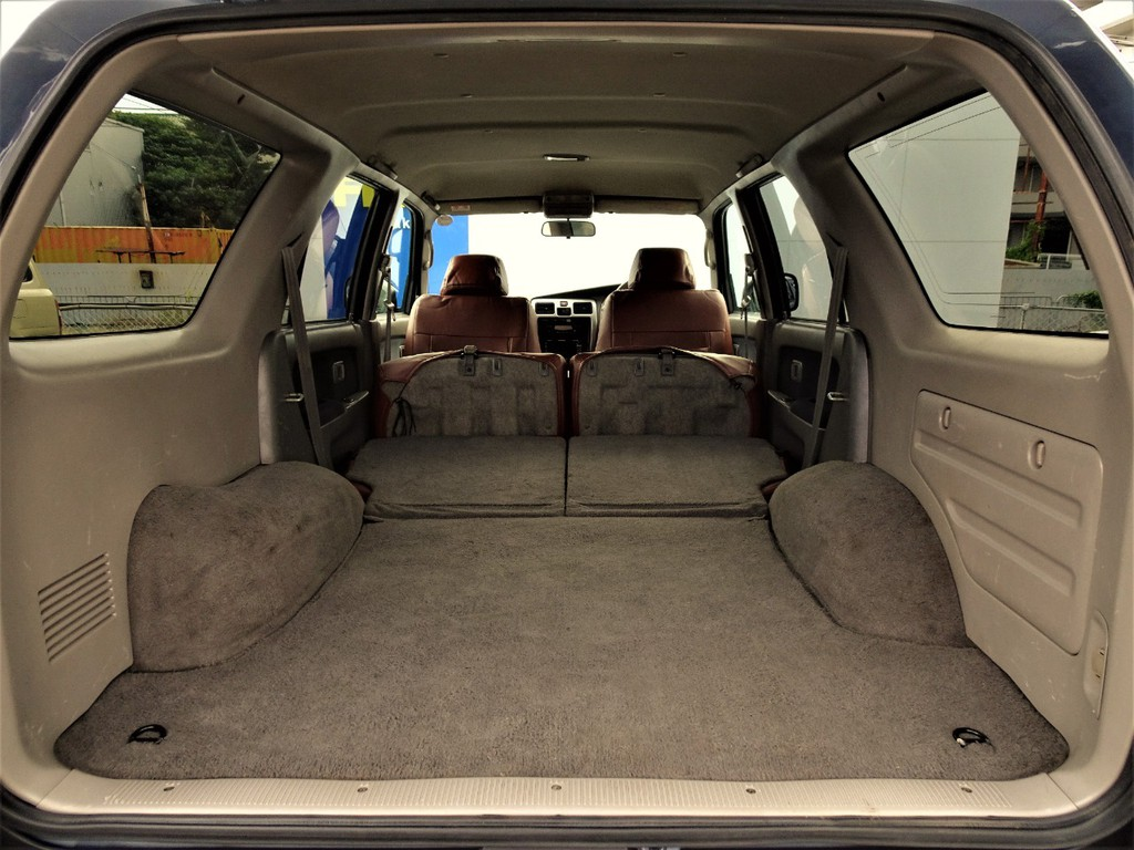 セカンドシートを折りたためば、荷室はこんなに広く使う事が出来ます!!