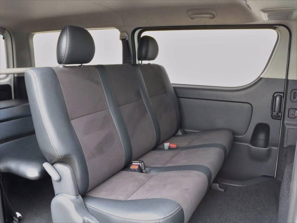 もちろんリアシートもハーフレザー!!後席左右座席には3点式シートベルトも完備しますので、ファミリーカーとしてもご利用頂けますね(^^♪ | トヨタ ハイエースバン 3.0 スーパーGL  ダークプライム ロングボディ ディーゼルターボ ESSEXクワトログリル 両側自動ドア
