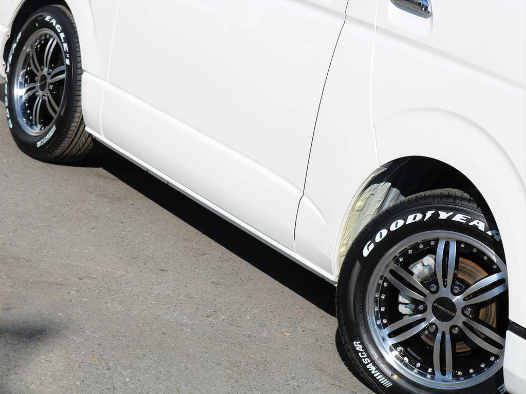程よいローダウン量で引き締まっております!Goodyearナスカータイヤは、バンタイヤで加重指数もクリアしておりますので安心してお乗り頂けます☆ | トヨタ ハイエースバン 3.0 スーパーGL  ダークプライム ロングボディ ディーゼルターボ ESSEXクワトログリル 両側自動ドア