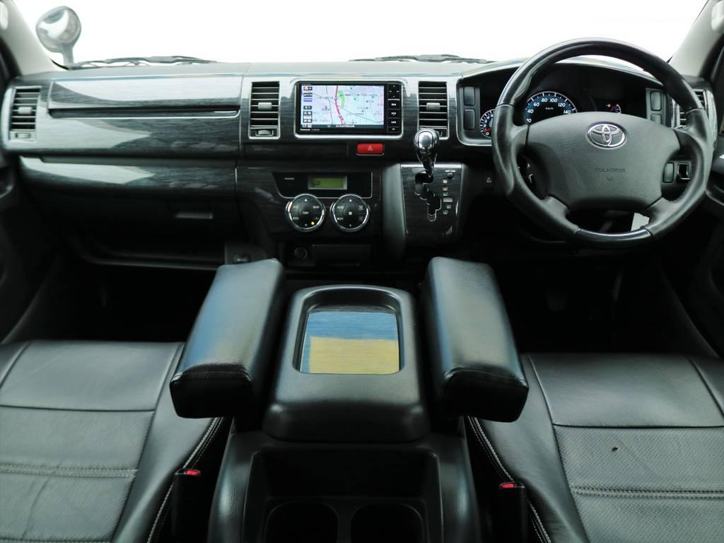黒木目調のインテリアにアームレストもついて運転中もゆったり快適♪ | トヨタ レジアスエース 2.0 スーパーGL ロングボディ Ⅲ型フルエアロ WALD17インチ