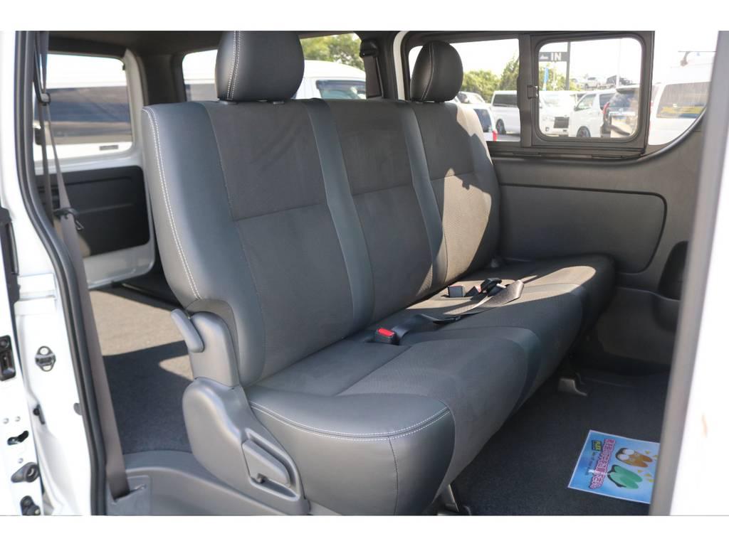 セカンドシートはリクライニング可能の便利なベンチシートです!