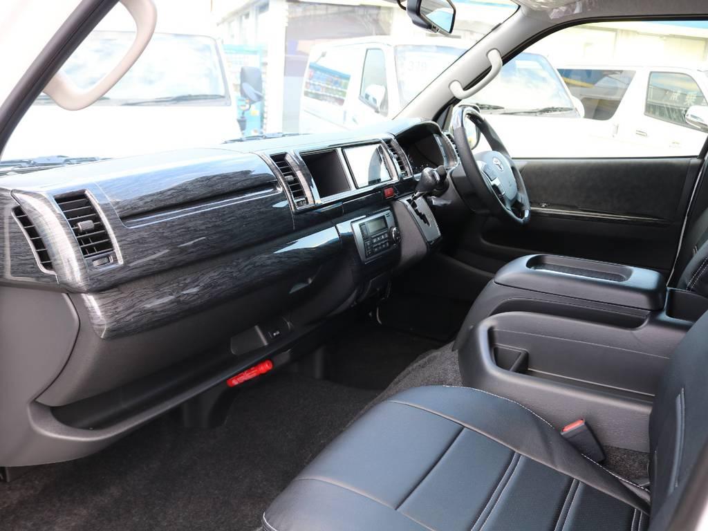 運転席周りもハンドル同様のインテリアパネルを装着!