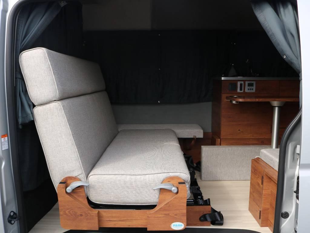 後ろ向き可能なセカンドシートは幅広い使い方を実現!