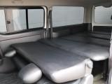 車中泊やお仕事で大活躍のベッドキットも完備です!