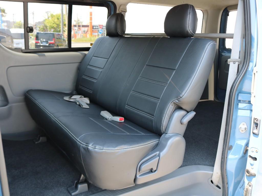 セカンドシートはリクライニング機能付きの便利なベンチシート♪