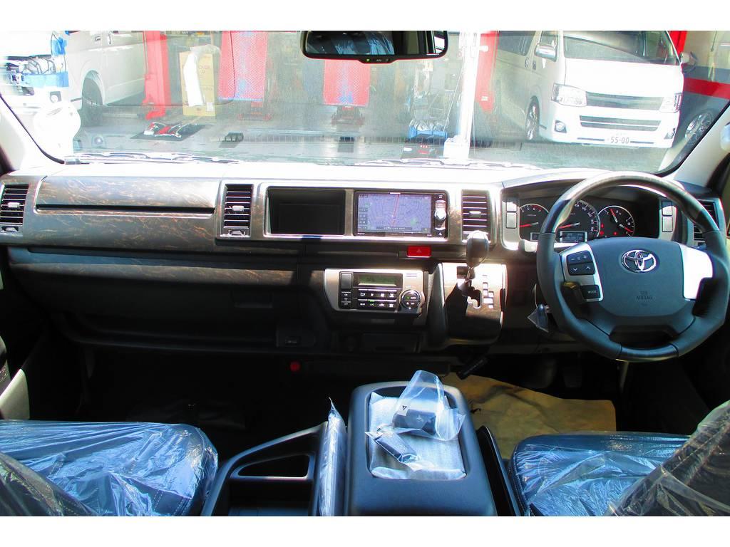 広々室内はロングドライブも楽チンですよぉ♪座面も高くて見晴らしもグッドですよっ♪艶消しマホガニー調パネルキットで高級感も文句無しの仕上がりですねっ! | トヨタ ハイエース 2.7 GL ロング ミドルルーフ アレンジSTラウンジ仕様