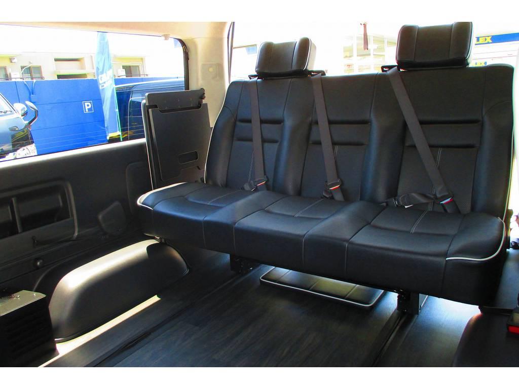 サードシートも一番後ろまで下げればこの広さ♪乗る人皆がゆったり乗れるのも魅力の一台ですよぉ♪どこかに出かけたくなる仕様ですねっ♪ | トヨタ ハイエース 2.7 GL ロング ミドルルーフ アレンジSTラウンジ仕様