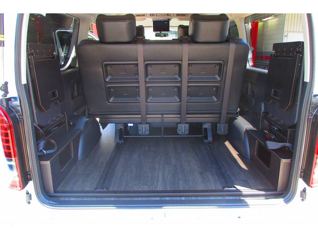 補助シートは畳めば荷物もたっぷり積み込みできますよっ♪人も荷物も乗れて積めてでさすがハイエースですねっ♪ | トヨタ ハイエース 2.7 GL ロング ミドルルーフ アレンジSTラウンジ仕様