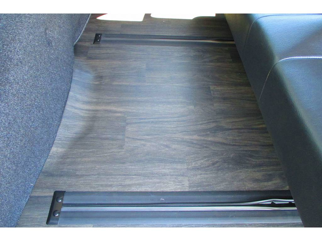 床はフローリングに総張り替え済み♪高級感が全然違いますねっ♪素晴らしい内装となっております! | トヨタ ハイエース 2.7 GL ロング ミドルルーフ アレンジSTラウンジ仕様