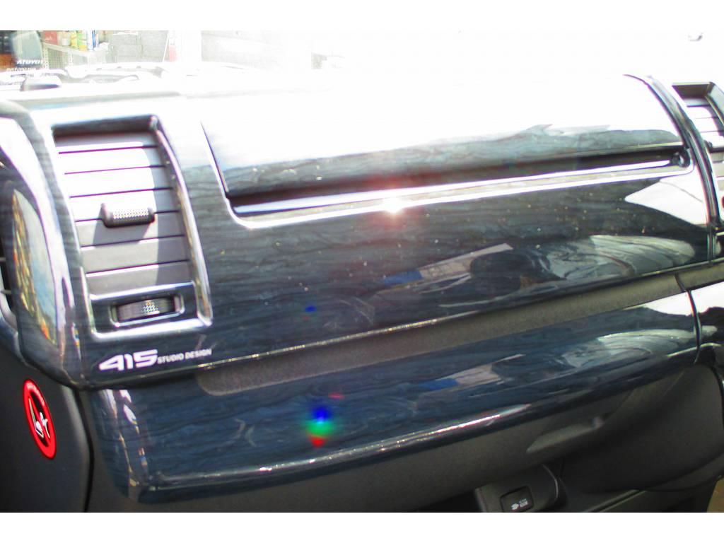 415コブラの黒木目調パネルキットで高級感をアップ♪純正のプラスチック感が見事に払しょくされてますね♪ | トヨタ ハイエースバン 2.0 スーパーGL ロング ベッドキットナビパッケージ車
