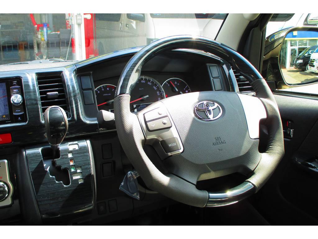 ステアリングとシフトノブはウッドコンビに換装済み♪ガングリップタイプで握り心地もグッドですよっ♪ | トヨタ ハイエースバン 2.0 スーパーGL ロング ベッドキットナビパッケージ車