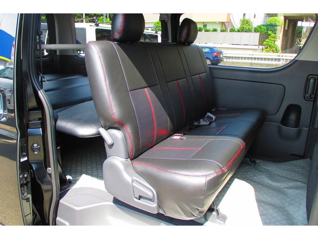 当然セカンドシートにも装着済み!お手入れも楽チンですよっ♪赤いステッチがお洒落ですねっ♪ | トヨタ ハイエースバン 2.0 スーパーGL ロング ベッドキットナビパッケージ車