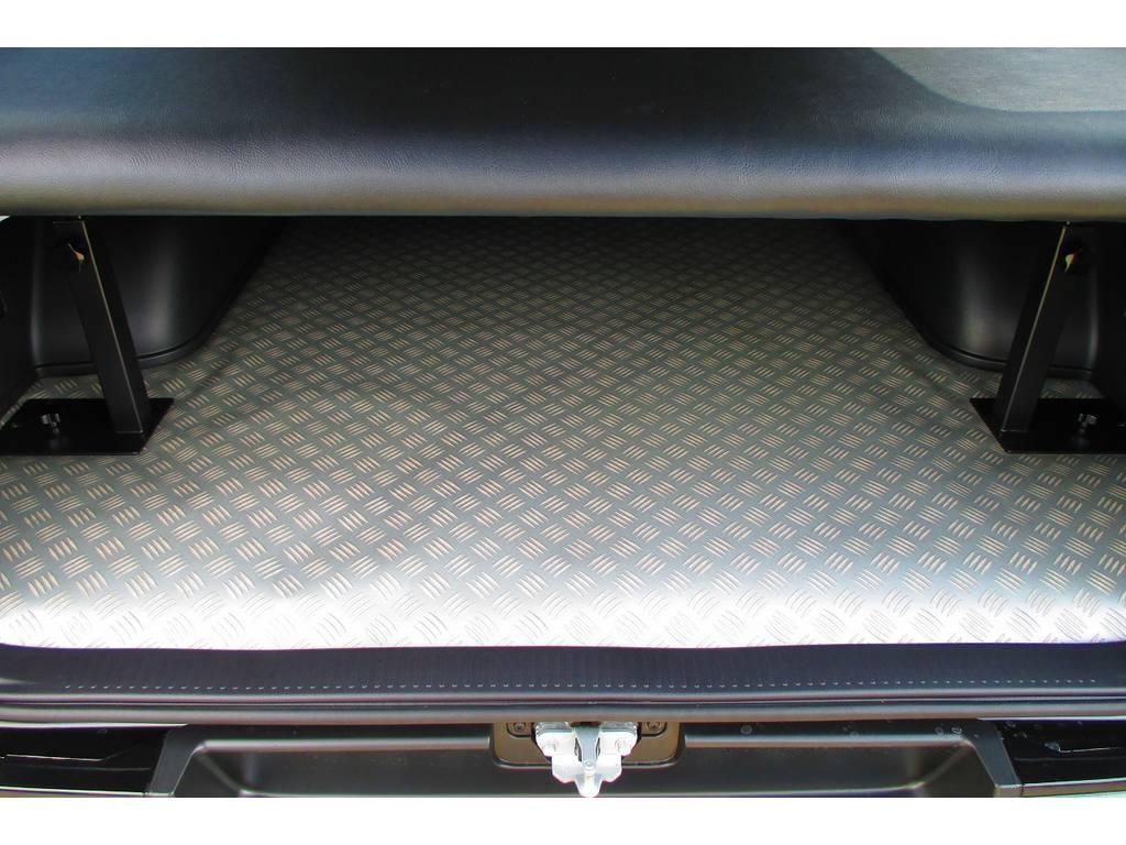 アルミチェッカー柄のCFマットも敷いてありますので汚れモノも濡れたモノもどんどん積めます♪お手入れも簡単ですよっ♪ | トヨタ ハイエースバン 2.0 スーパーGL ロング ベッドキットナビパッケージ車