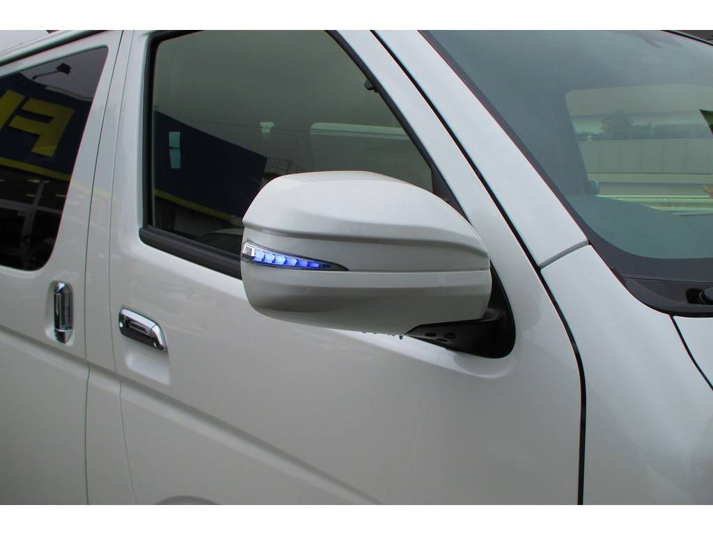 AVEST製の流れるLEDドアミラーウィンカーを装着!マーカー色のブルーもカッコいいですねっ!!!純白のボディとの相性もグッドですねっ♪ | トヨタ ハイエースバン 2.0 スーパーGL ロング シーケンシャルナビパッケージ