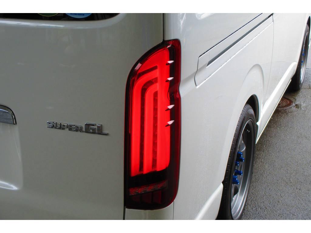 フレックスオリジナルカラーのREVOテールです♪もちろんウィンカーは流れるシーケンシャルタイプですよっ♪その光は鮮烈そのものですよっ!!! | トヨタ ハイエースバン 2.0 スーパーGL ロング シーケンシャルナビパッケージ