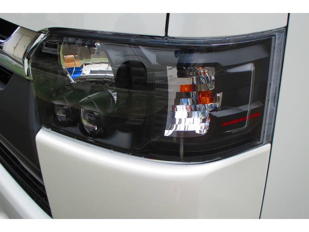 ヘッドライトはインナーブラック施工済みです!ヘッドライトがブラックになるとシャープな印象ですねっ♪赤文字も入れてありこだわりのインナーブラックとなっております。 | トヨタ ハイエースバン 2.0 スーパーGL ロング シーケンシャルナビパッケージ