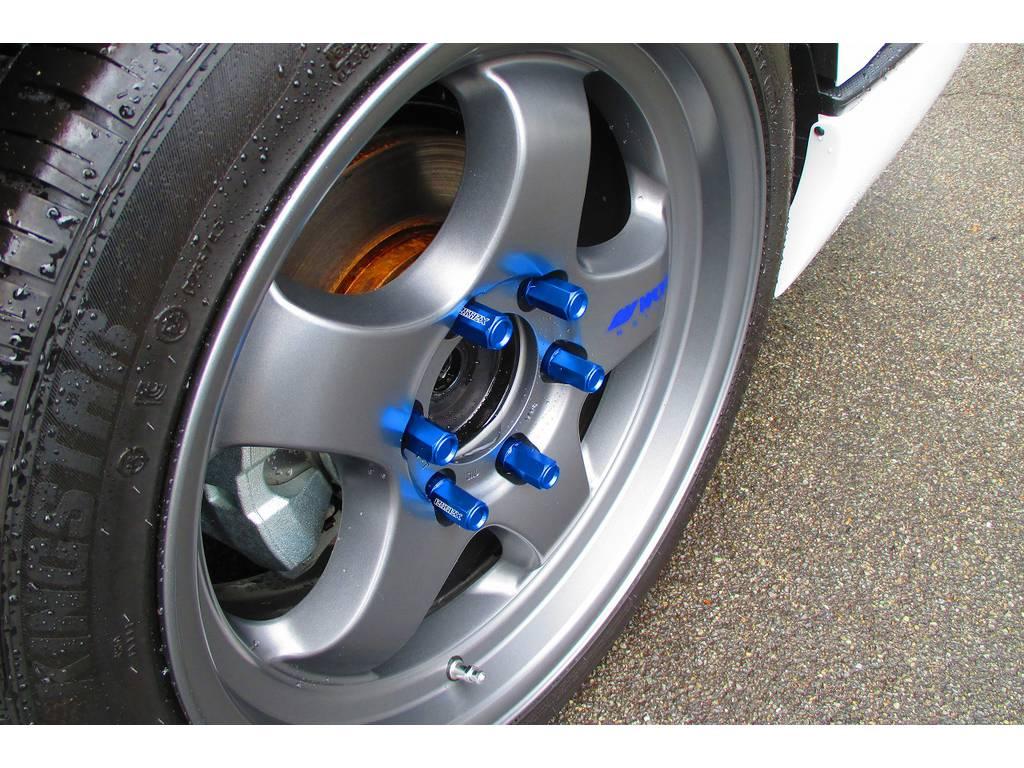ホイールナットにもこだわりのESSEX製2ピースシェルナットを装着!きれいなブルーが目を引きますねっ♪もちろんロックナットも装着されてますので盗難対策もバッチリですよぉ♪