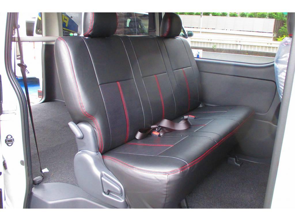 セカンドシートにももちろん装着済み!赤いステッチがまたお洒落です♪フィッティングもバッチリですねっ! | トヨタ ハイエースバン 2.0 スーパーGL ロング シーケンシャルナビパッケージ