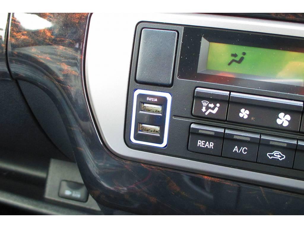 USB充電器も付けちゃいました!スマホの充電にピッタリですねっ♪痒い所に手が届く所にちゃんと付いてますよぉ!!! | トヨタ ハイエースバン 2.0 スーパーGL ロング シーケンシャルナビパッケージ