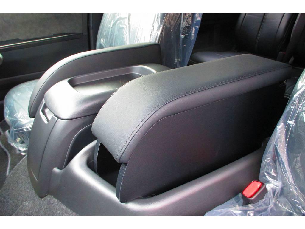 ハイエースカスタムでも装着率の高いアームレストが運転席・助手席に装着されてます!助手席側はBOXになっており小物も収納出来ます!アームレストあるのと無いのとでは大違いですよぉ♪