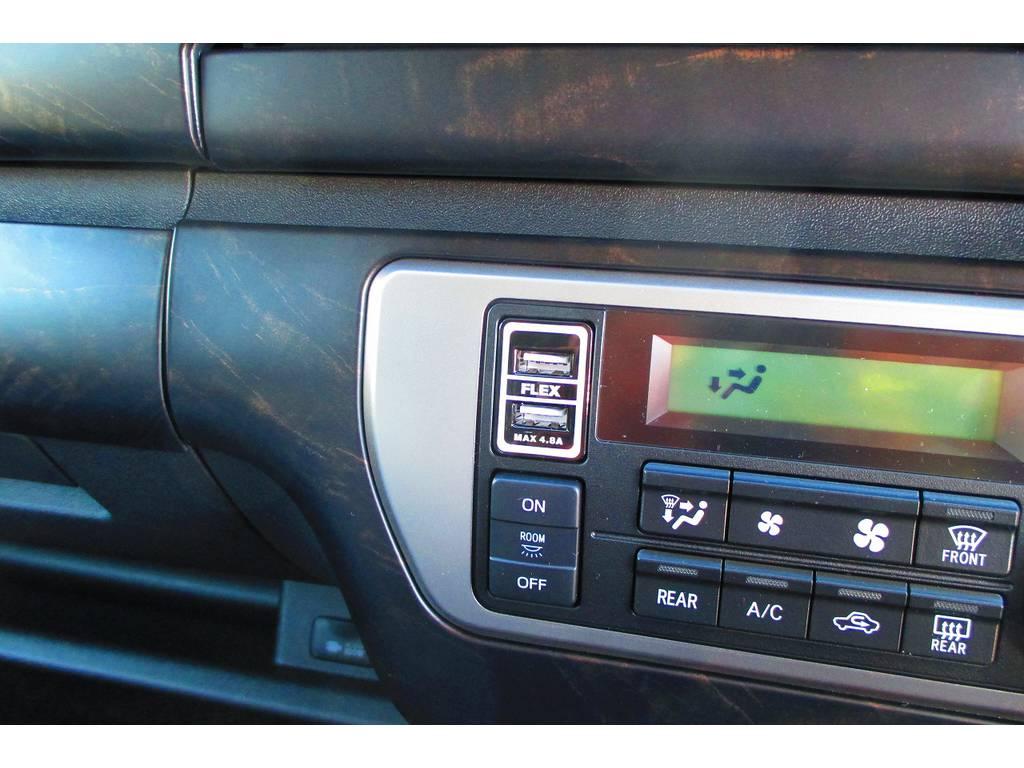 フレックスオリジナルのUSB充電器も装着済み!以外に使うスマホ充電に役立ちますよっ♪フレックスのロゴ入りですよぉ! | トヨタ ハイエース 2.7 GL ロング ミドルルーフ Heartsフルエアロトリプルモニター