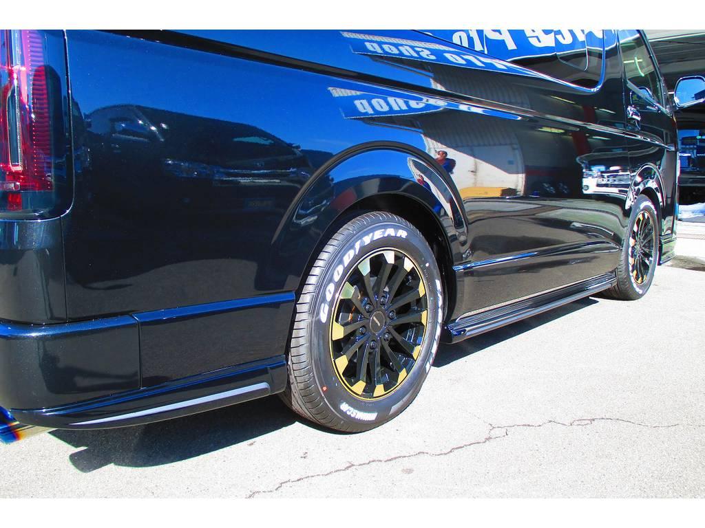 サイドステップ・リヤフィンももちろんHearts製!こちらもブラックとマットグレーの塗り分け塗装♪フルエアロ車だけが出せるこ美しいラインを見て下さい♪ | トヨタ ハイエース 2.7 GL ロング ミドルルーフ Heartsフルエアロトリプルモニター