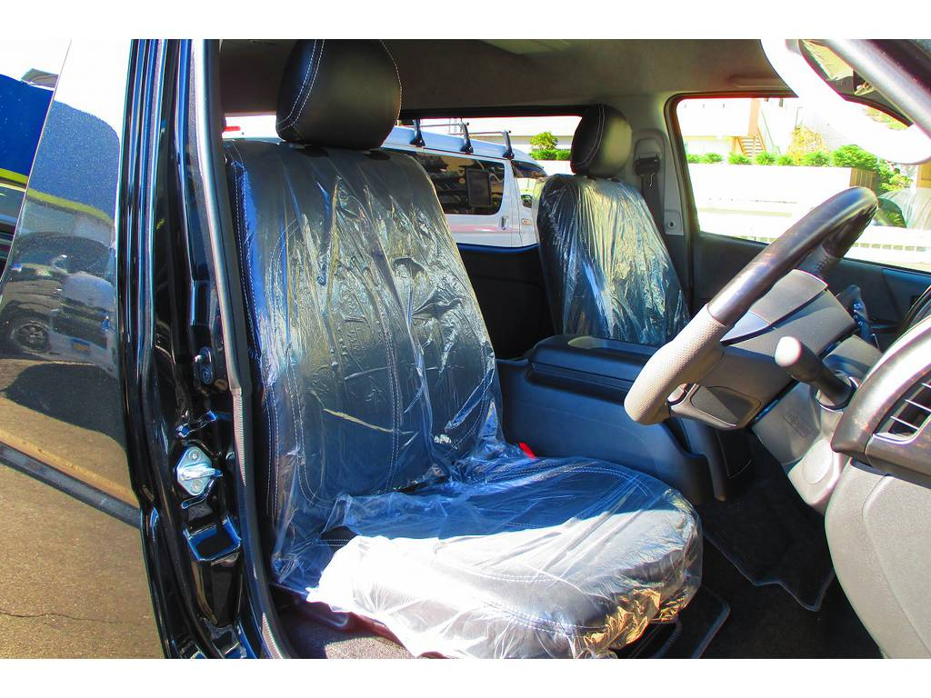 ハイエースカスタムには欠かせない黒革調シートカバーはもちろん装着済み♪高級感が増して純正とは大違いですねっ♪ | トヨタ ハイエース 2.7 GL ロング ミドルルーフ Heartsフルエアロトリプルモニター