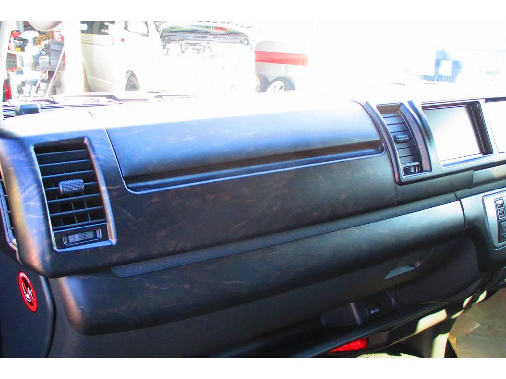 艶消しマホガニー調のパネルキットはしっとりとした風合いです♪415コブラのパネルラインアップに載っていない隠れ商品ですよっ♪ | トヨタ ハイエース 2.7 GL ロング ミドルルーフ Heartsフルエアロトリプルモニター
